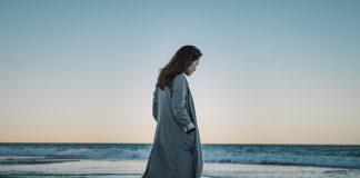 Kobieta spacerująca po plaży w chłodną porę roku – Dziwnów noclegi